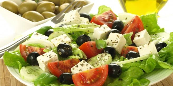 Греческий салат, мусака, пастицио, домашние сыры и, конечно, вино.